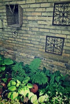 garden-decor-in-a-woodland-garden